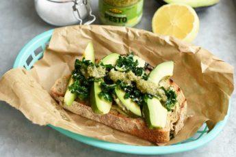 Grön macka med avokado, pesto och grönkål